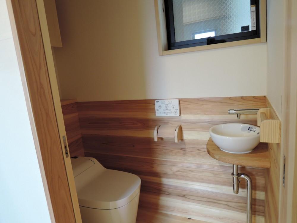 密集地の明るい機能的な家 (トイレ)