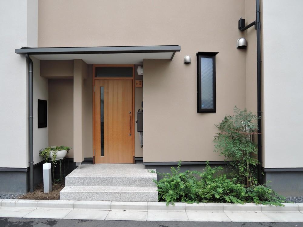 密集地の明るい機能的な家 (玄関ポーチ)