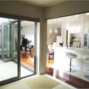 オール電化住宅:東京都国分寺市Y様邸の写真 タタミルームからキッチン、テラスを眺める