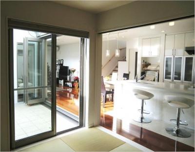 オール電化住宅:東京都国分寺市Y様邸 (タタミルームからキッチン、テラスを眺める)