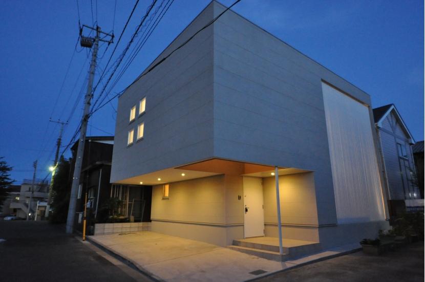 松波の家の部屋 外観-夕景
