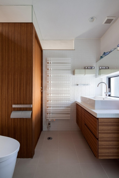 トイレと洗面室 (坪庭の家)