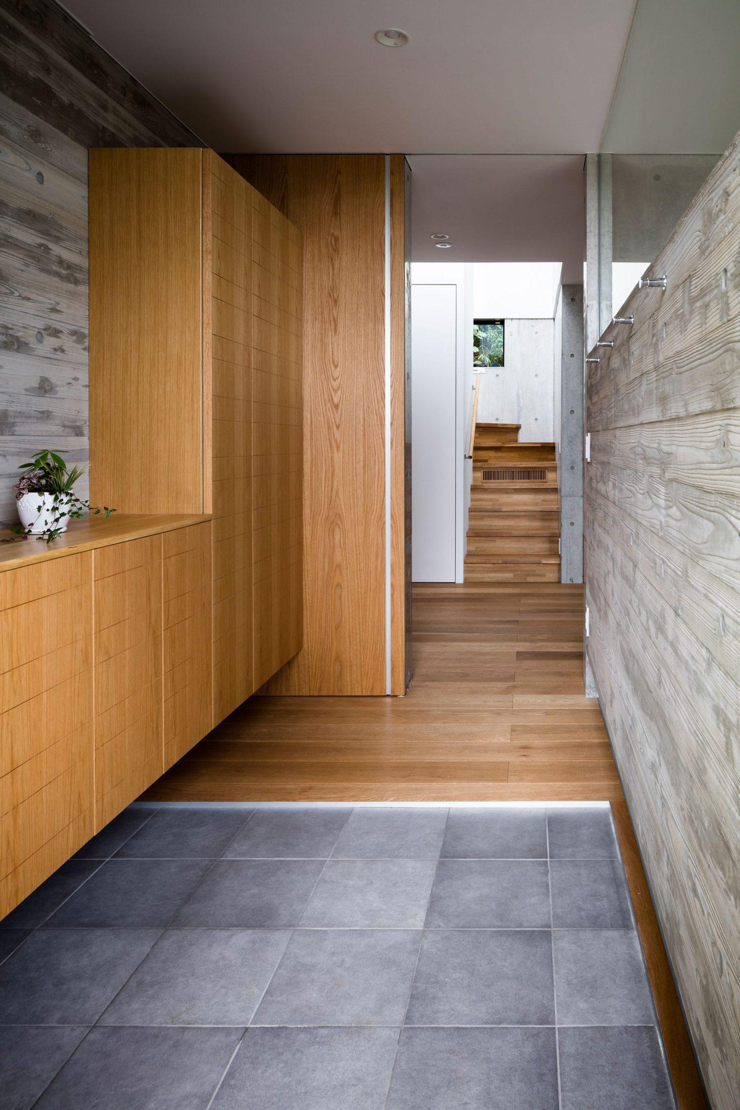 お隣と共有する「第2のGL」をもつ家の写真 玄関