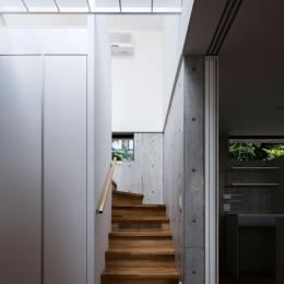 お隣と共有する「第2のGL」をもつ家 (階段)