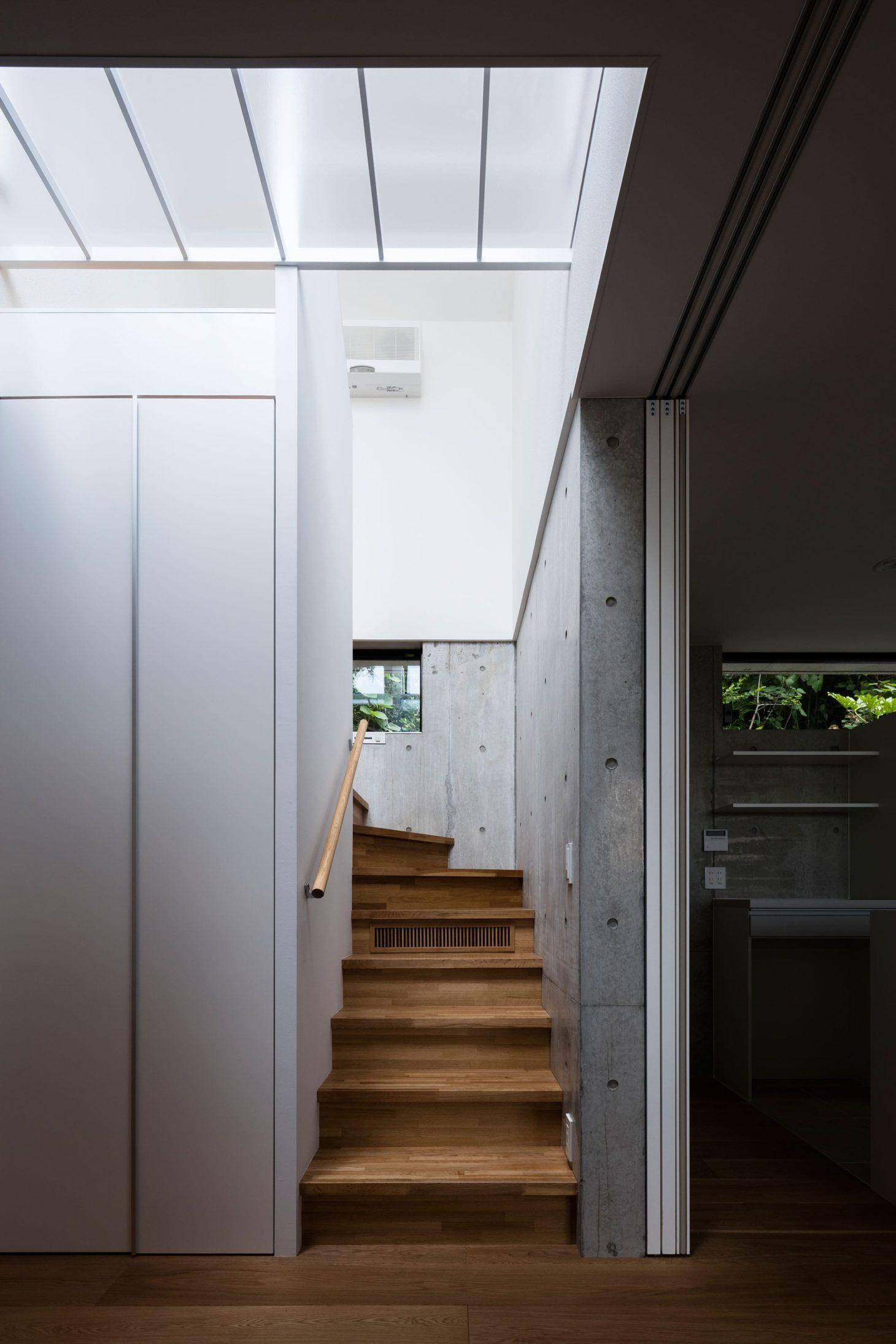 お隣と共有する「第2のGL」をもつ家の写真 階段