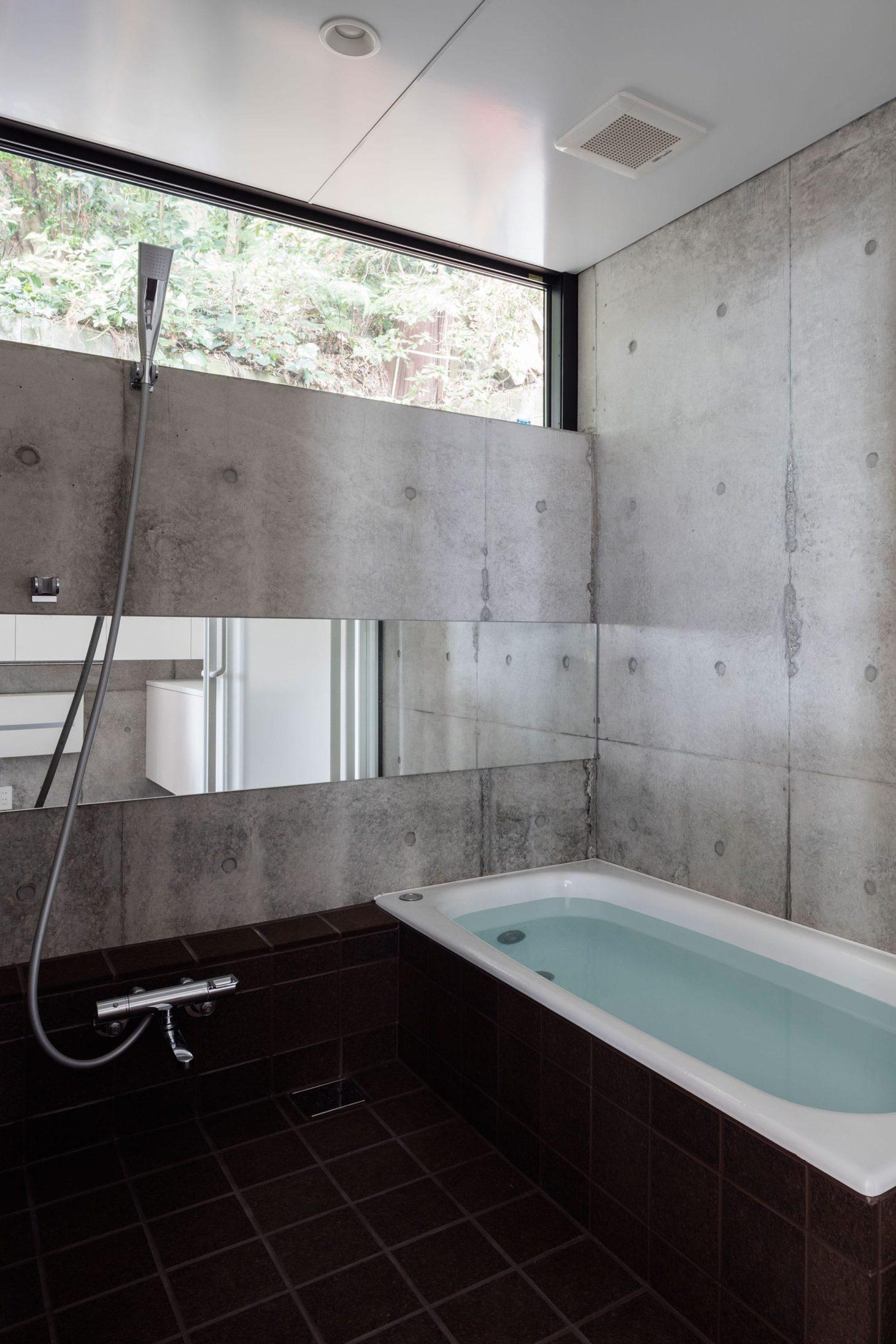 お隣と共有する「第2のGL」をもつ家の写真 バスルーム