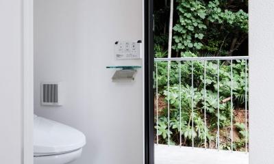 お隣と共有する「第2のGL」をもつ家 (トイレ)