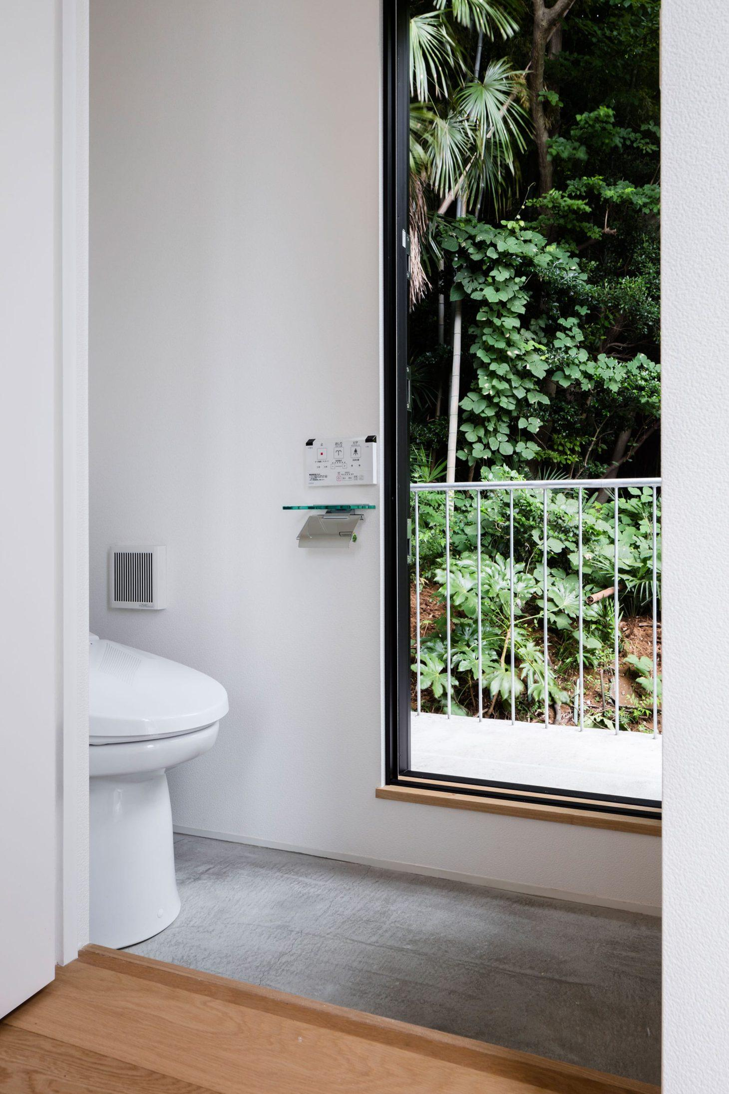 お隣と共有する「第2のGL」をもつ家の写真 トイレ