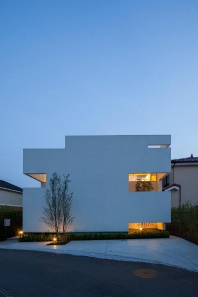 立体的な市松模様で構成した外観-ライトアップ (立体市松壁の家)