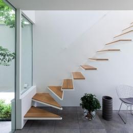 階段 (立体市松壁の家)