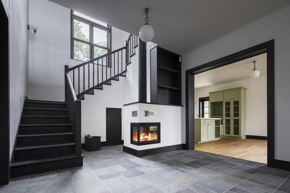 箱根板橋S邸-高台に建つヴォーリズ建築へのオマージュ- (暖炉と階段)