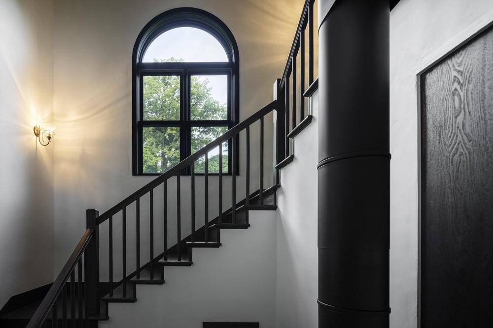 箱根板橋S邸-高台に建つヴォーリズ建築へのオマージュ- (アーチ窓と階段)