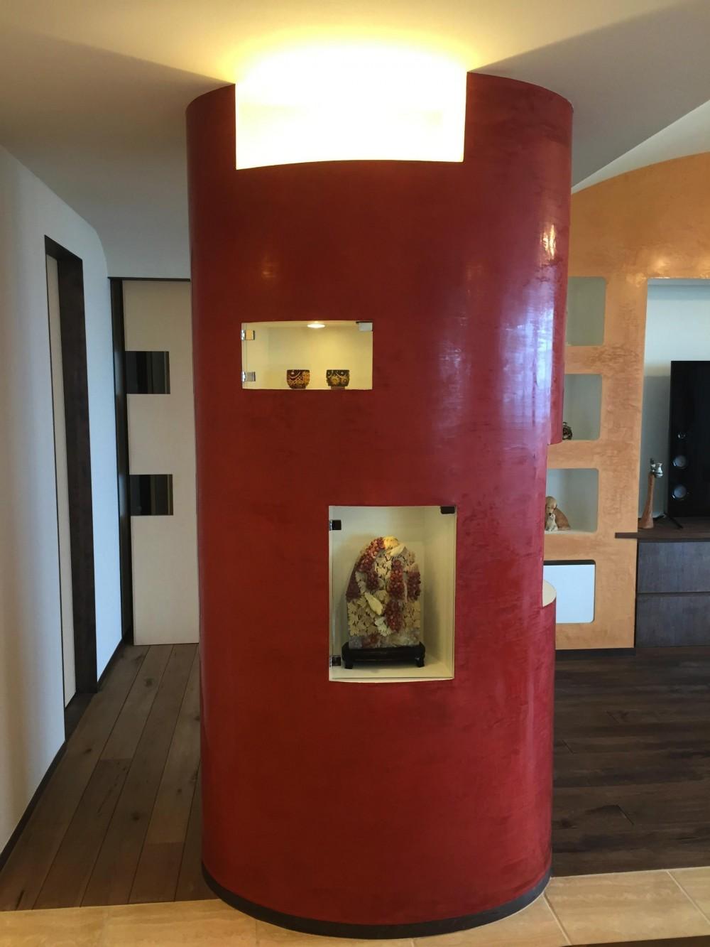 リビング 赤い柱 (海を臨む家)