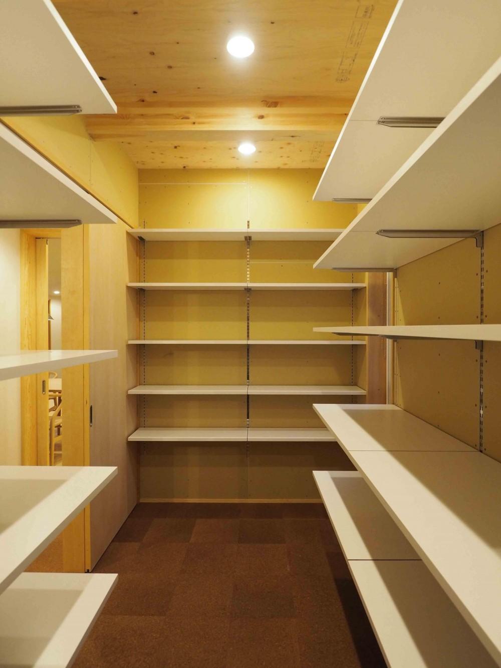 くの字の平屋 (食品庫を兼ねた納戸)