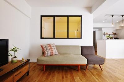 パノラマリビング (アイアン風の塗装をした室内窓)
