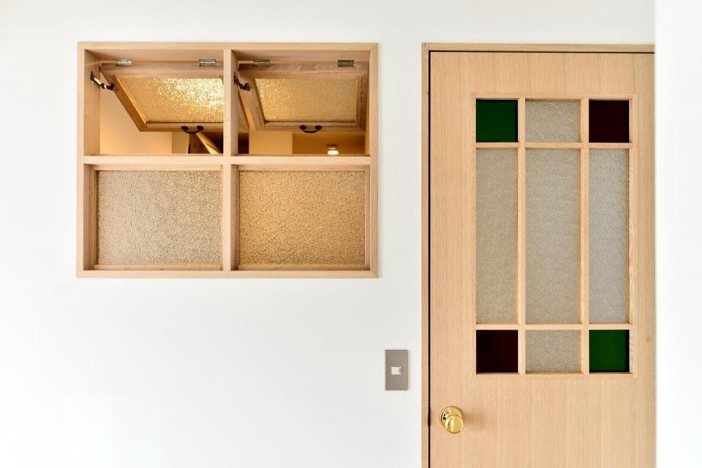 高円寺×ヴィンテージ。変わり続けるリノベーションDIY住まい (書斎・ステンドグラスの開き戸と室内窓)