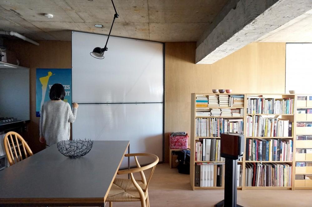 東京リノベ「無骨でラフなワンルームに現れた「動く壁」」
