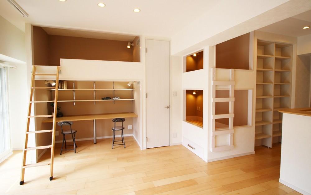造作家具で壁面スッキリ、オンリーワンの広々なLDK (造作ベットと机)