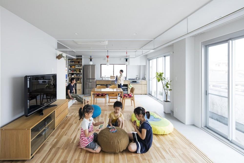 土間で回遊する家 (リビングからキッチンを眺める居住スペース)