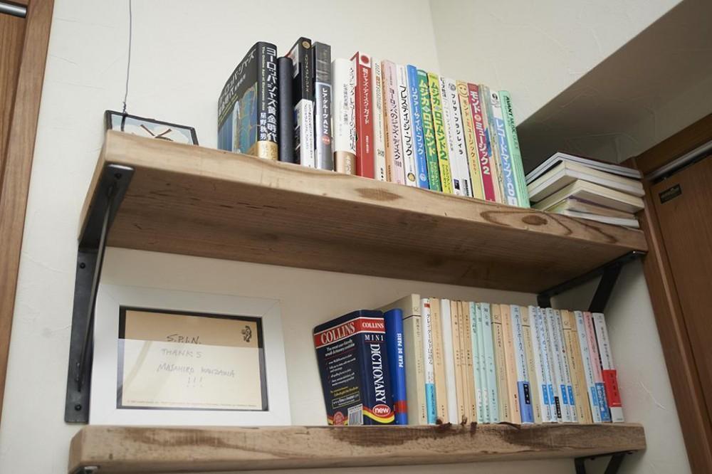家族時間 (造作の棚と本をセットするだけでこんなにカワイイ)