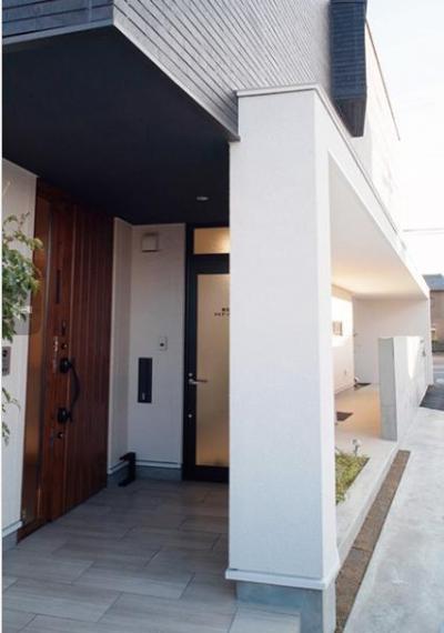 大きな2階プライベートテラスを持つ住宅 (玄関)