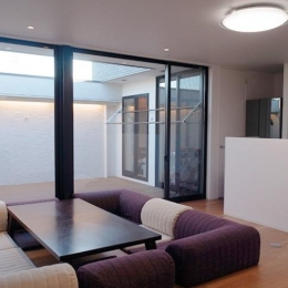 大きな2階プライベートテラスを持つ住宅 (リビング)