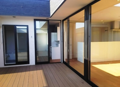 プライベートテラス (大きな2階プライベートテラスを持つ住宅)