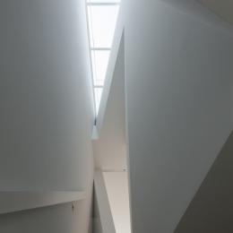 玉津の住宅 / House in Tamatsu (2〜3階階段と上部トップライト)