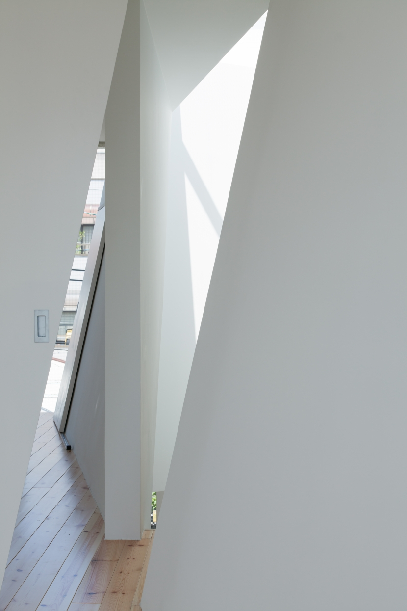 玉津の住宅 / House in Tamatsu (3階子供室(パーティション・斜めの壁・トップライト))