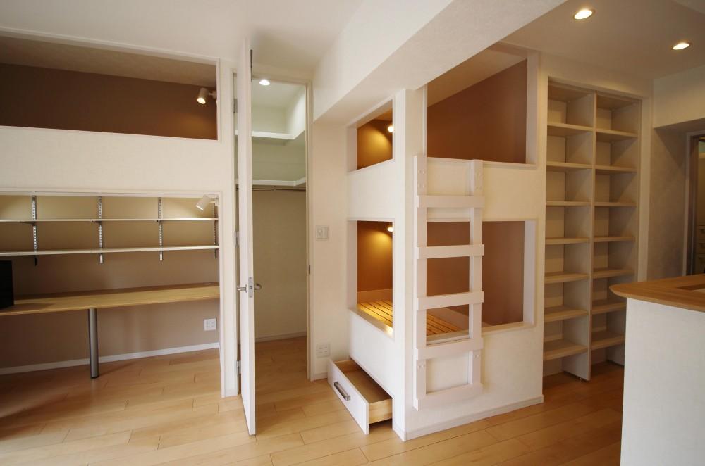 造作家具で壁面スッキリ、オンリーワンの広々なLDK (隙間を利用した収納)