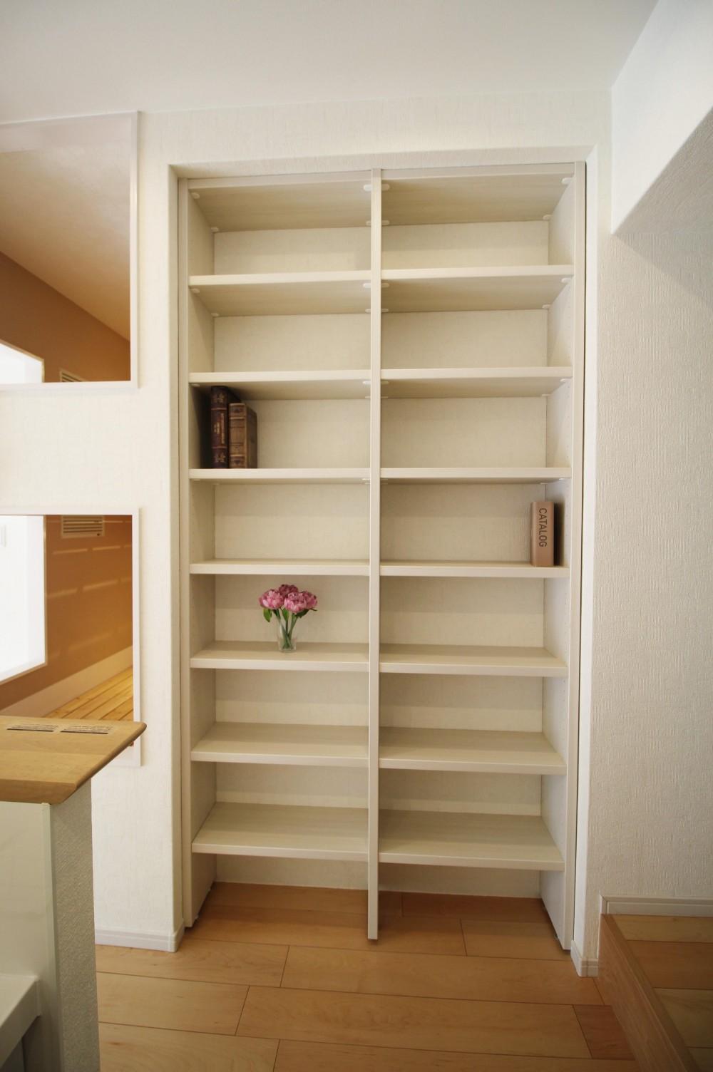 造作家具で壁面スッキリ、オンリーワンの広々なLDK (壁面収納でスッキリ書棚)