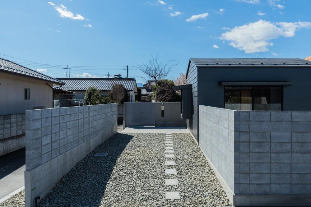 『ウィークリンク』6つの小屋が東西につながり、家族の多様な居場所をつくる家 (外観)