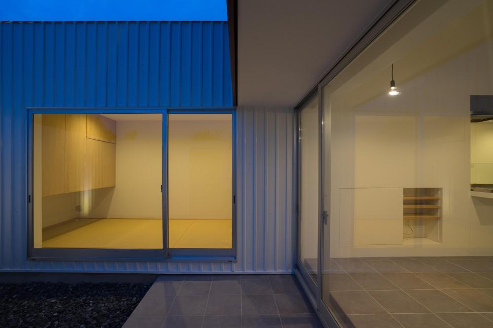 『グロット』スキップフロアでつながる一体的内部空間 (夕景)