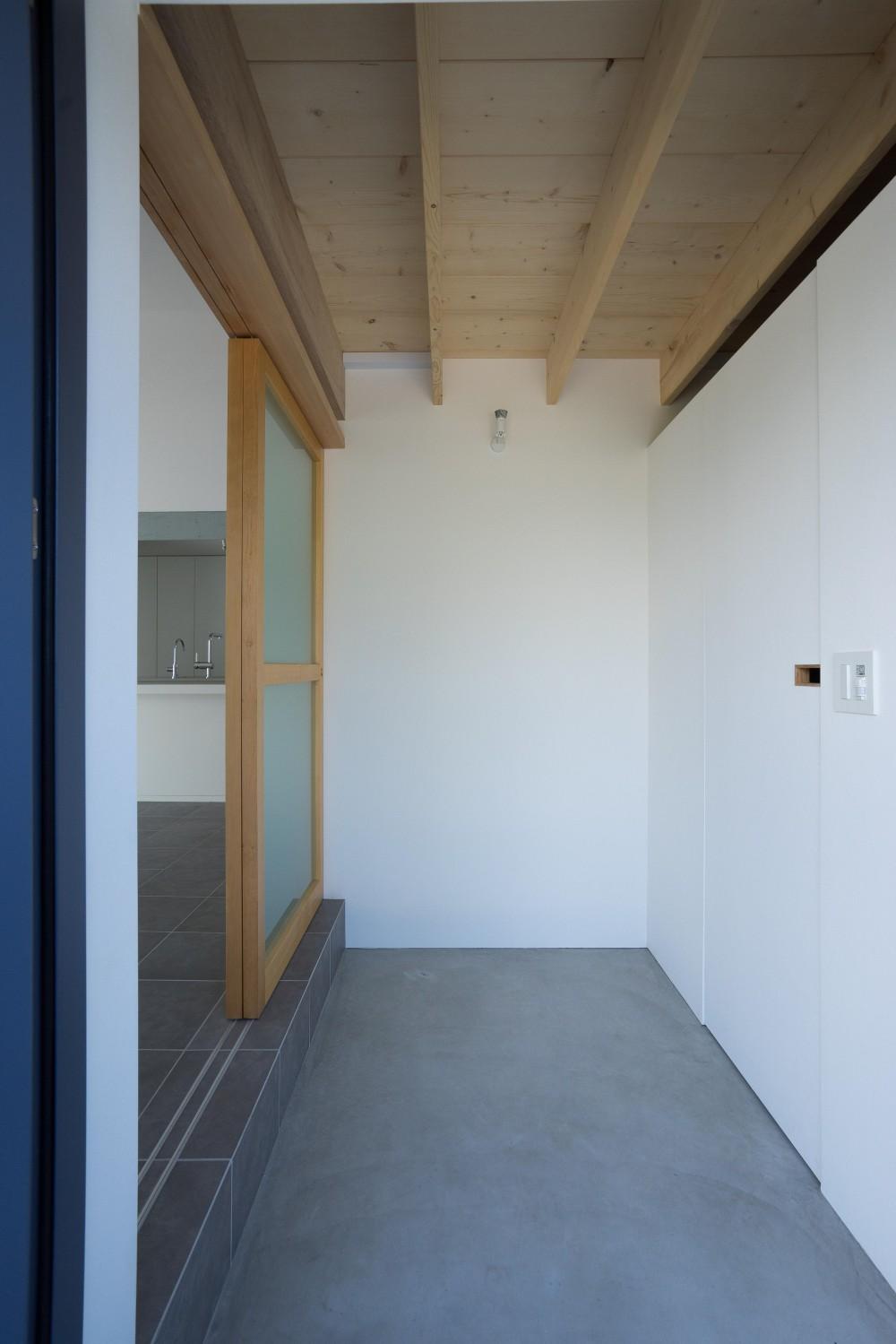 『グロット』スキップフロアでつながる一体的内部空間 (玄関)