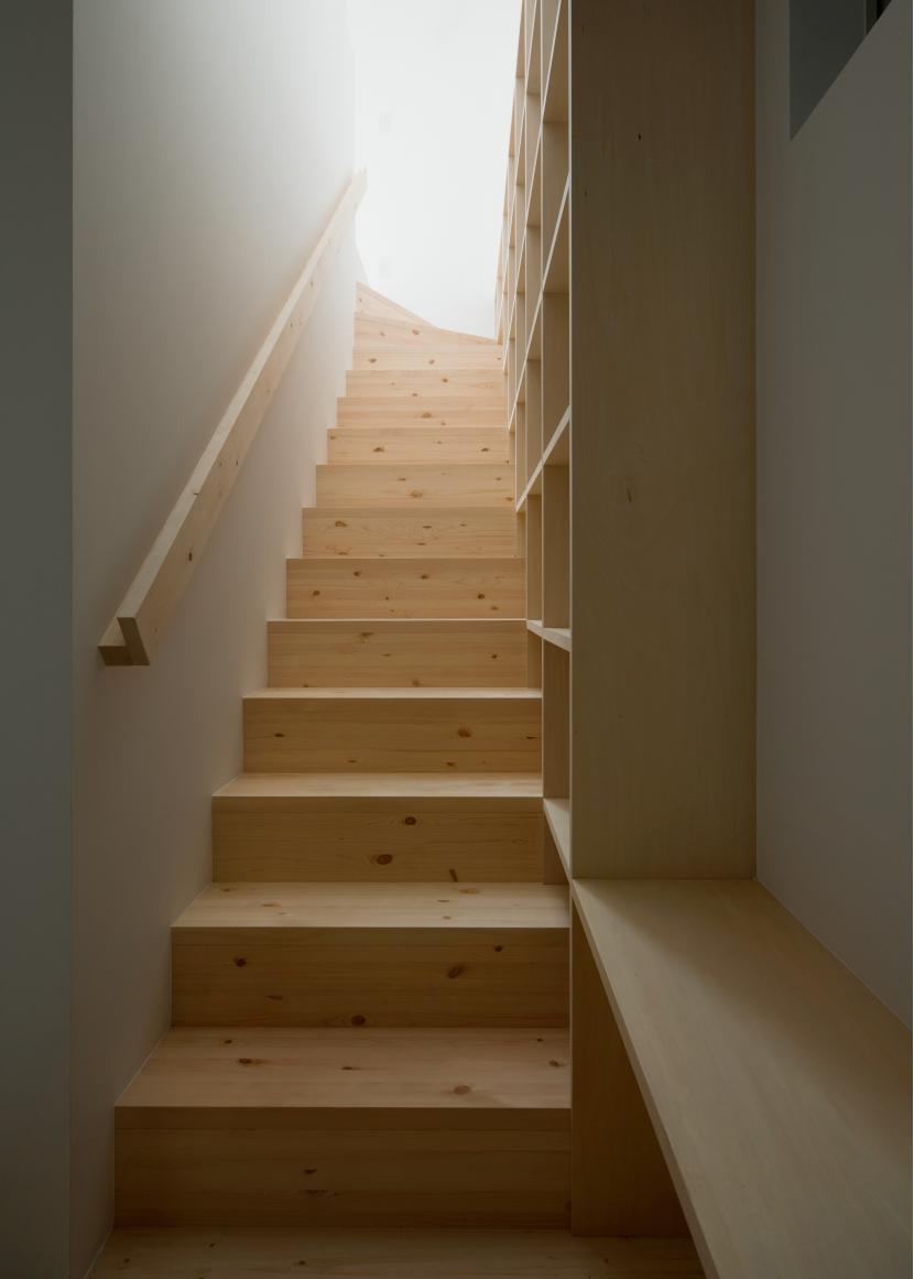 House Fの部屋 1〜2階階段