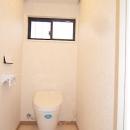 親子3人の広々快適なマイホームの写真 トイレ