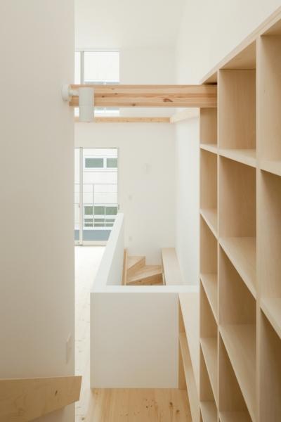 2〜3階階段(本棚) (House F)