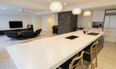 タイルと石材によるラグジュアリーリノベーション (リビングに隣接して子ども室を配置)