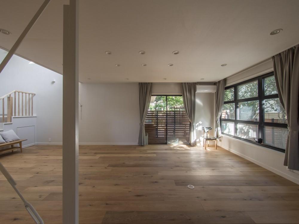 世代交代した家 となり (階段室からの採光を取り込んだ拡がりのあるリビング)