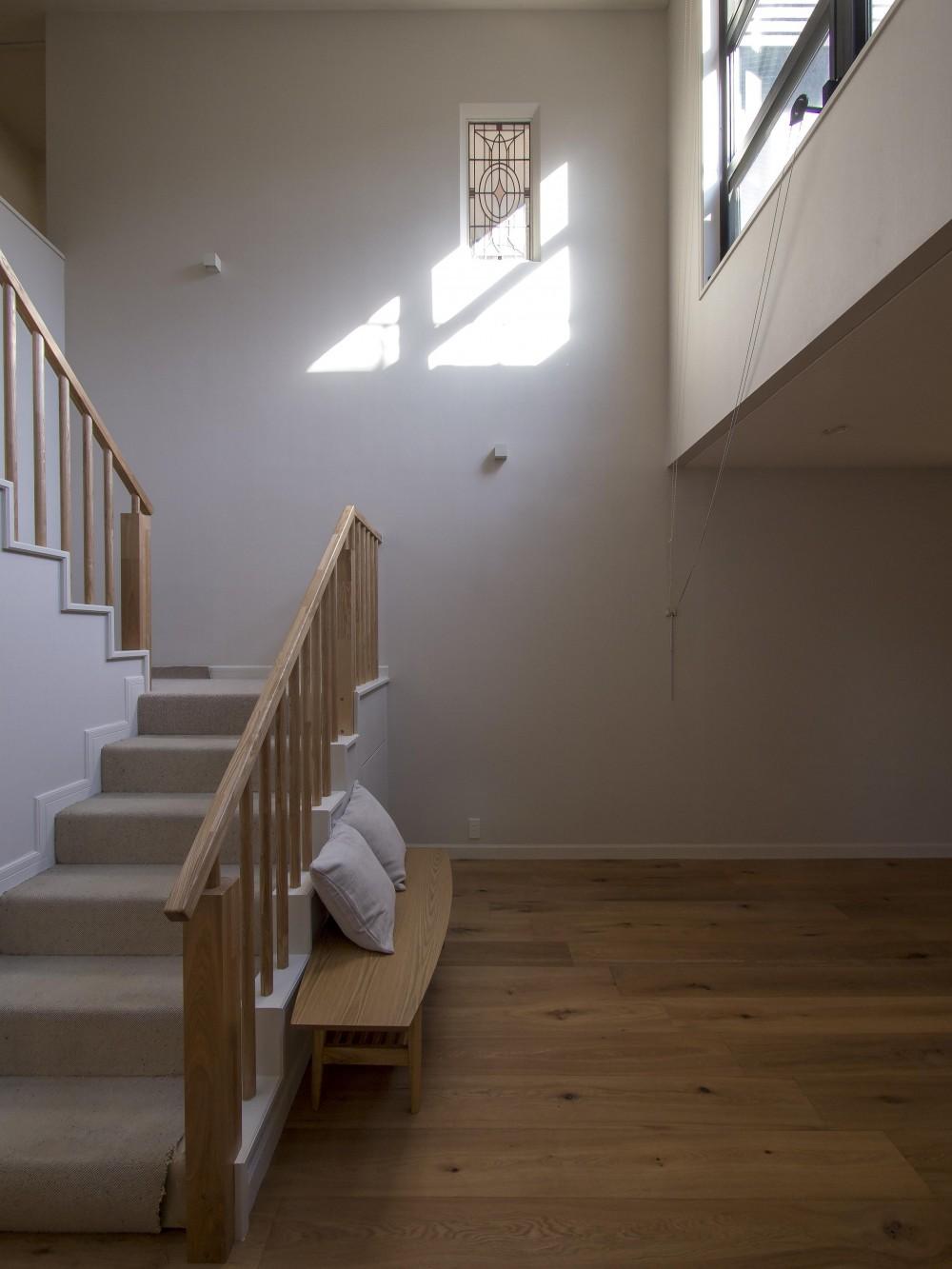 世代交代した家 となり (吹抜けから光が降り注ぐ階段)