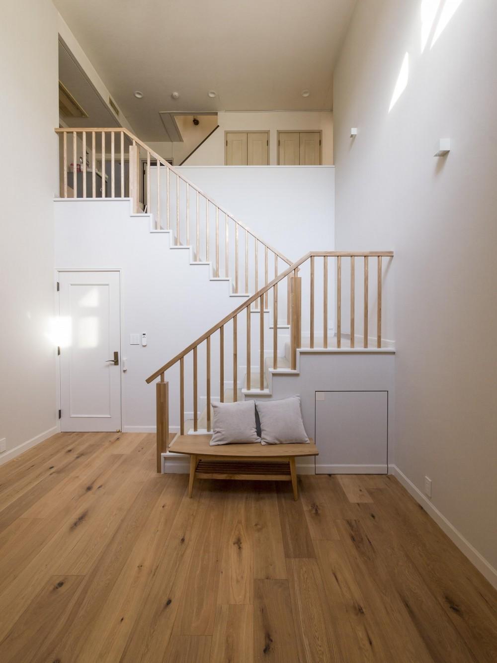 世代交代した家 となり (階段室の吹抜けからLDK全体に光を取り込む)