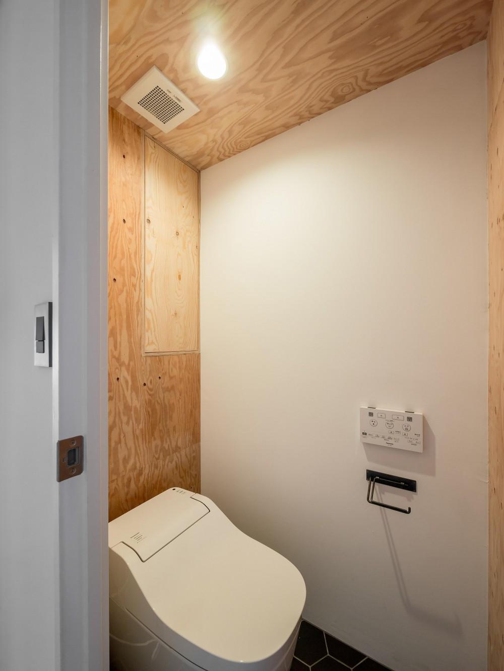 木とモノトーンの調和した家 (合板の味わいを活かしたトイレ空間)