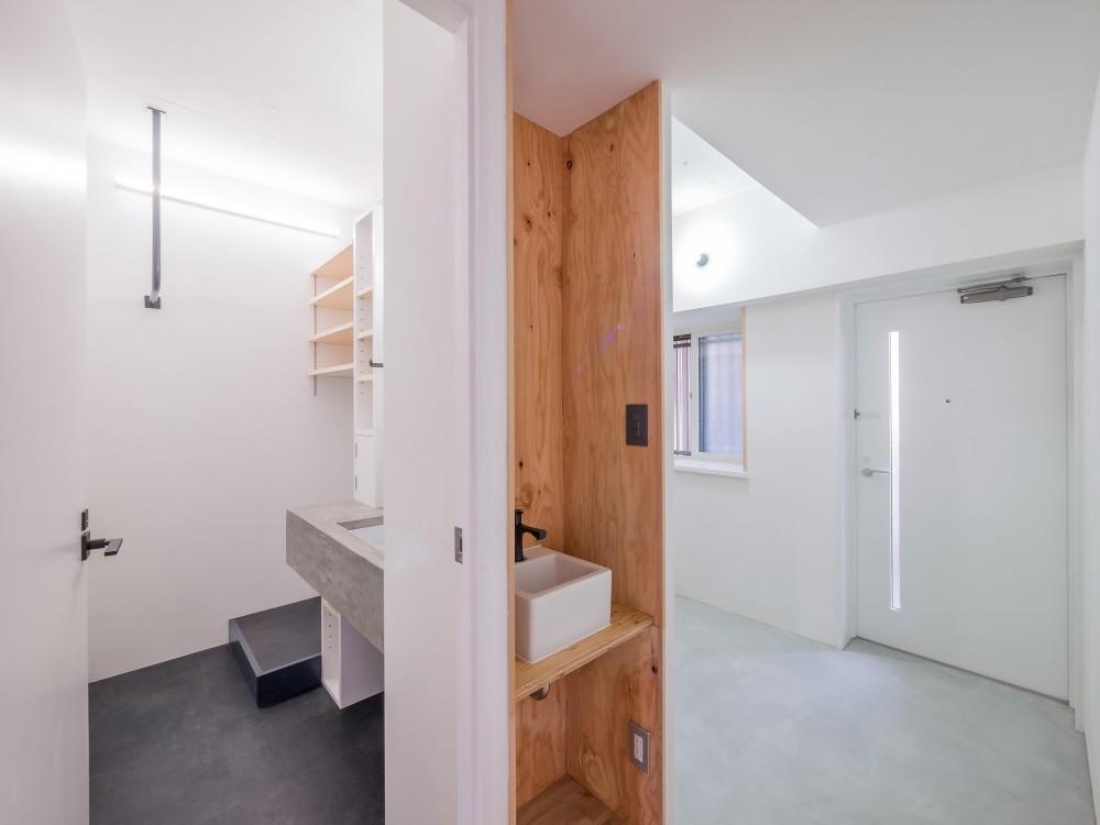 木とモノトーンの調和した家 (廊下に設けた手洗い器)