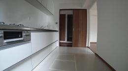 マンション (キッチンから廊下を眺める)