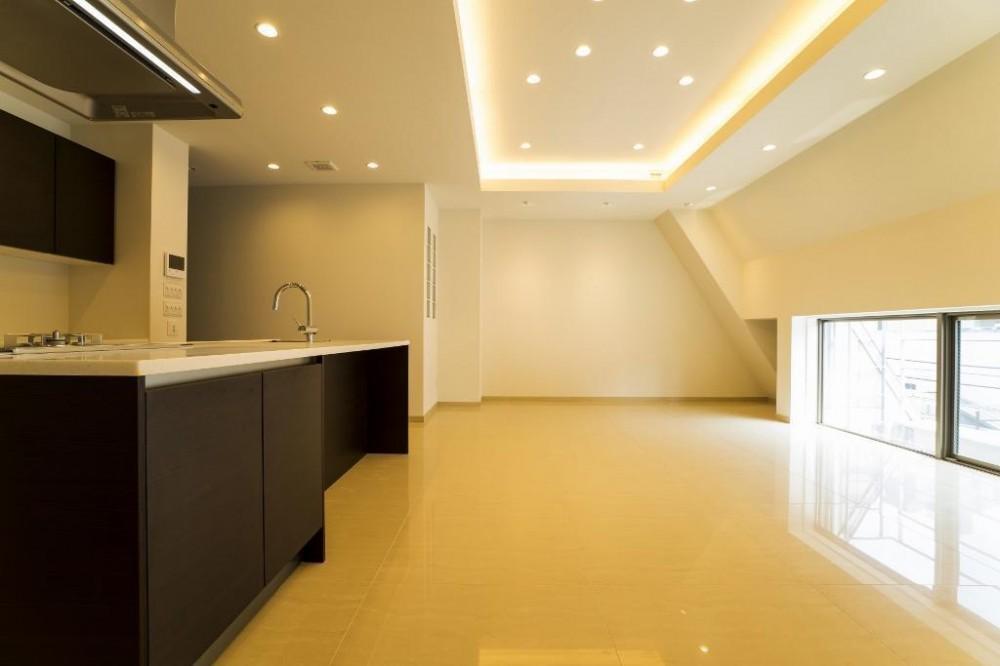 趣の異なる大判タイルの個性を生かしたスタイリッシュな空間 (リビングダイニングキッチン)