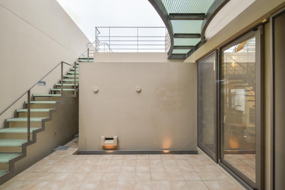 伊集院の住宅 (中庭から2階のテラス方向を見る)