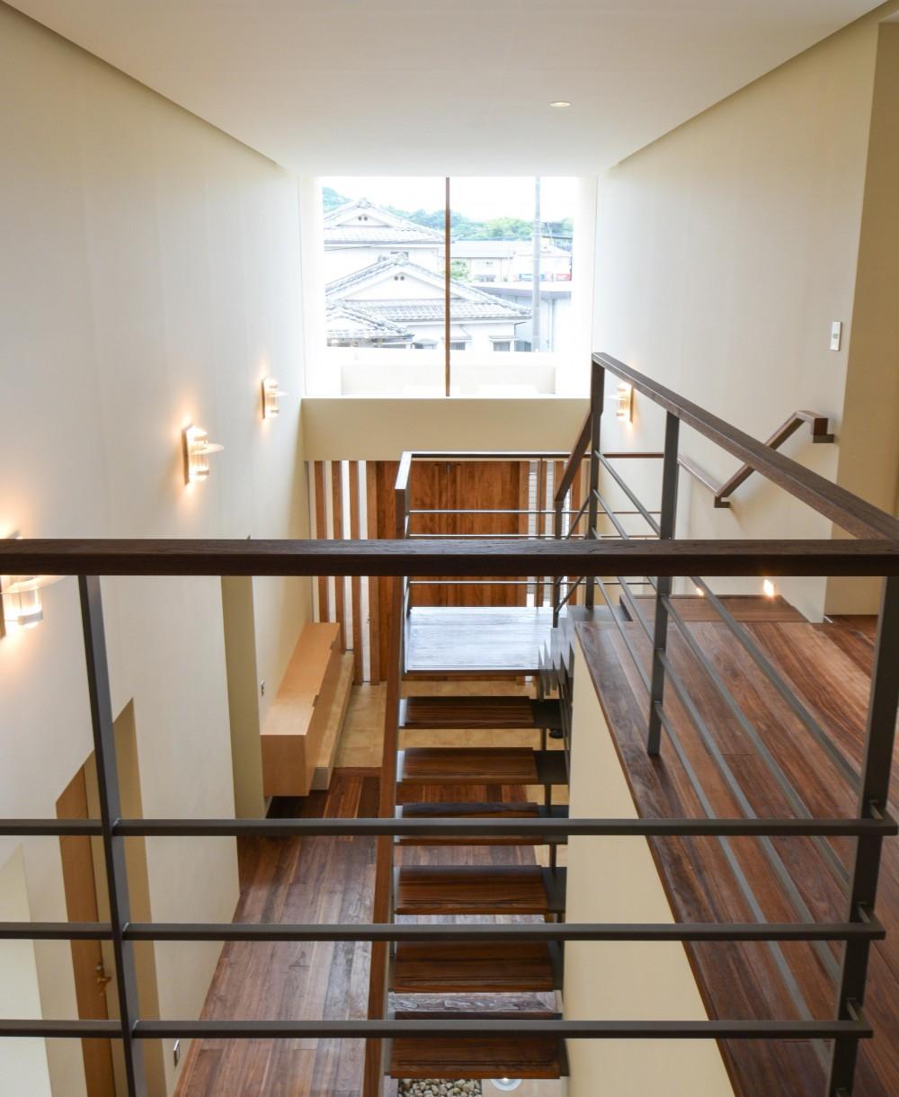 伊集院の住宅 (2階廊下より玄関吹抜けを見る)