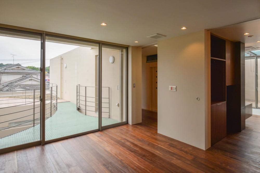 伊集院の住宅 (2階寝室より中庭ブリッジ方向を見る)