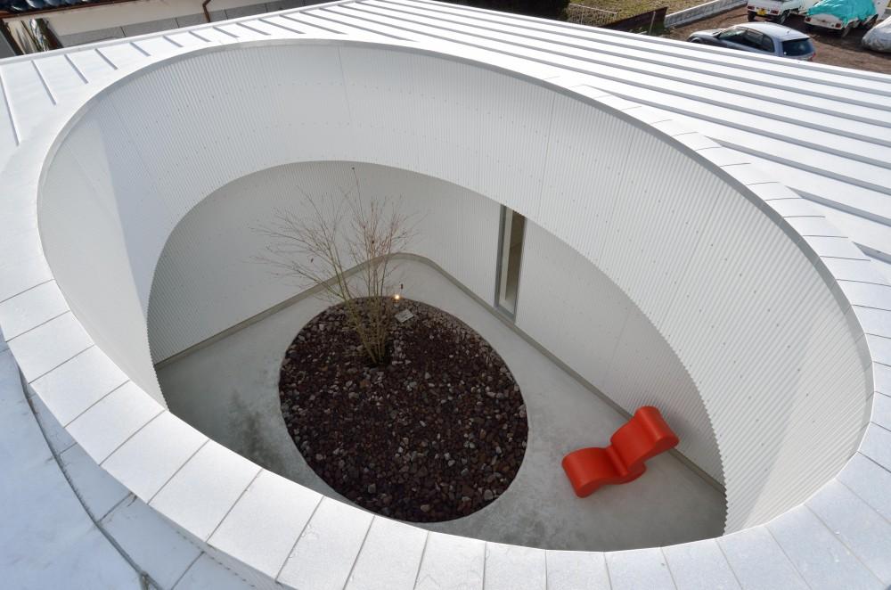 湧水町の住宅 (屋根から中庭を見下ろす)