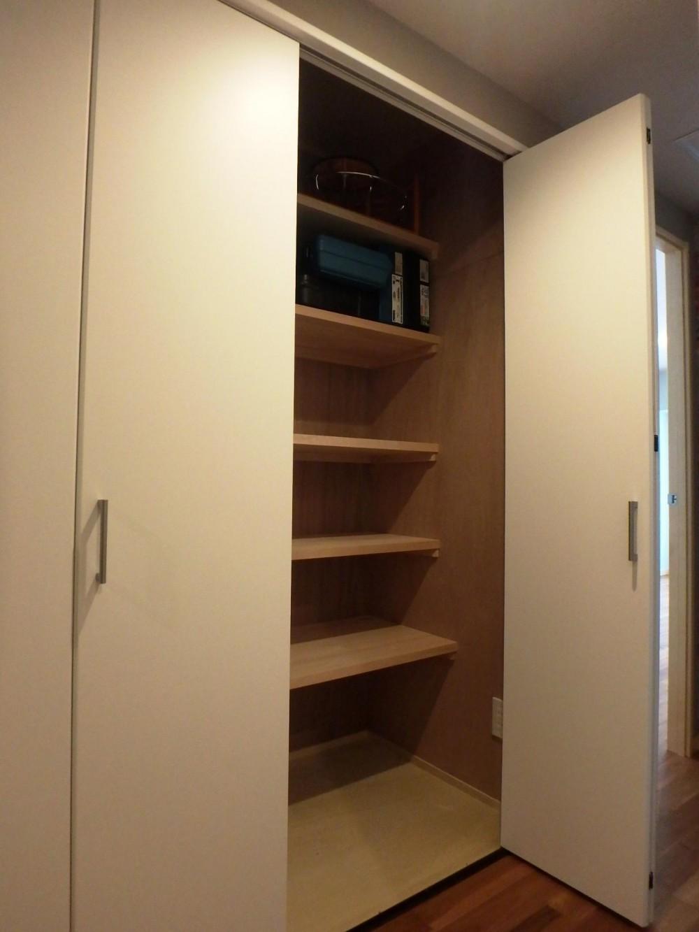 キッチンを楽しむリノベーション ~トラディショナル・ネオボタニカル~ (奥行き抜群!大容量の廊下収納。)